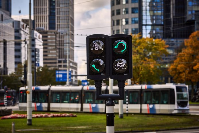 Een nieuw verkeerslicht adviseert fietsers over de beste route van het Hofplein naar de Erasmusbrug.