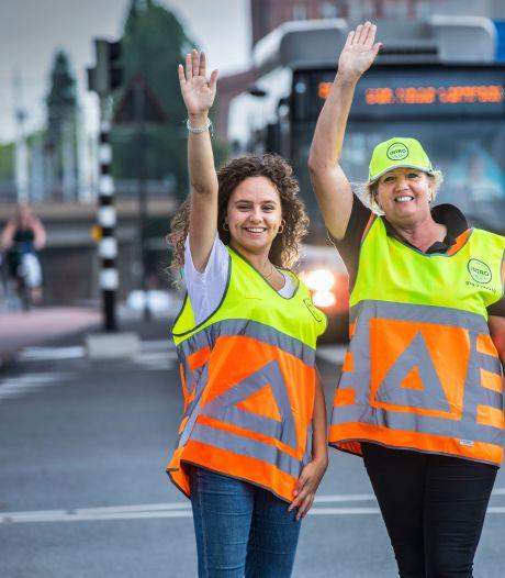 Voor even een verkeersregelaar: Riet maakt een veilig feestje van het verkeer