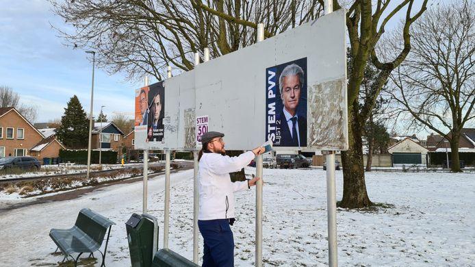 Verkiezingsposters plakken voor de PVV in Vianen.
