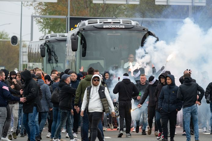 Supporters Heracles Almelo zwaaien de spelersbus uit.