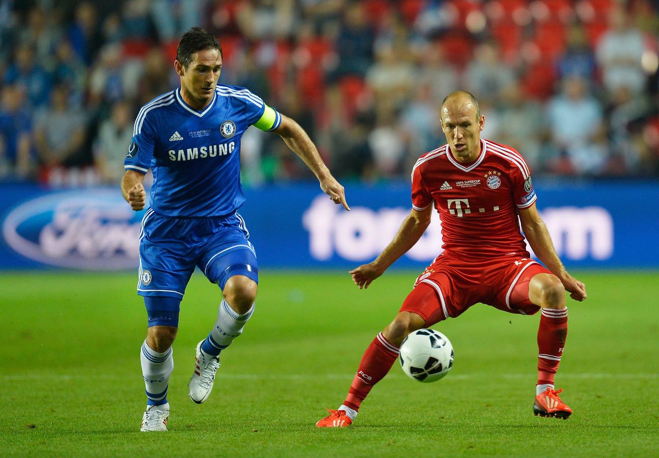 Arjen Robben in duel met Frank Lampard van Chelsea.