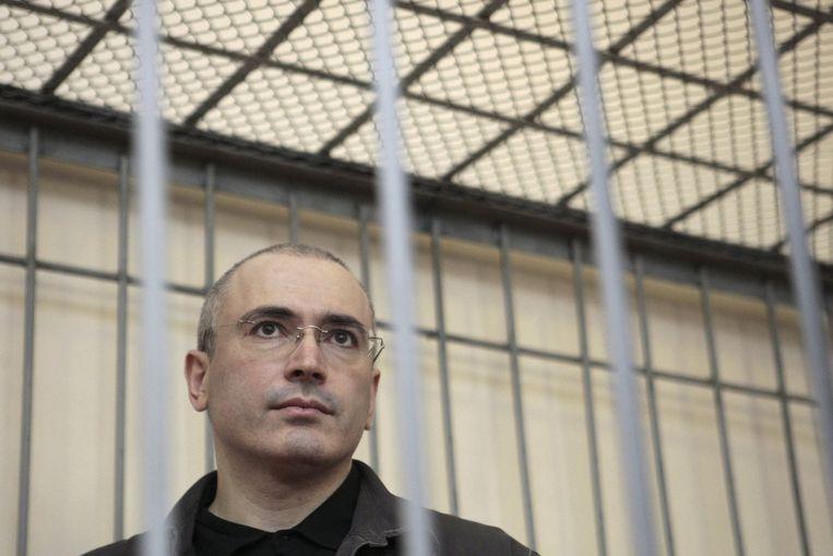 De voormalige Russische olietycoon Michail Chodorkovski in de kooi voor verdachten, op 21 augustus 2008 in Moskou. Toen hij eind 2013 vrijkwam, werd hij in het Westen als een held onthaald. Beeld reuters