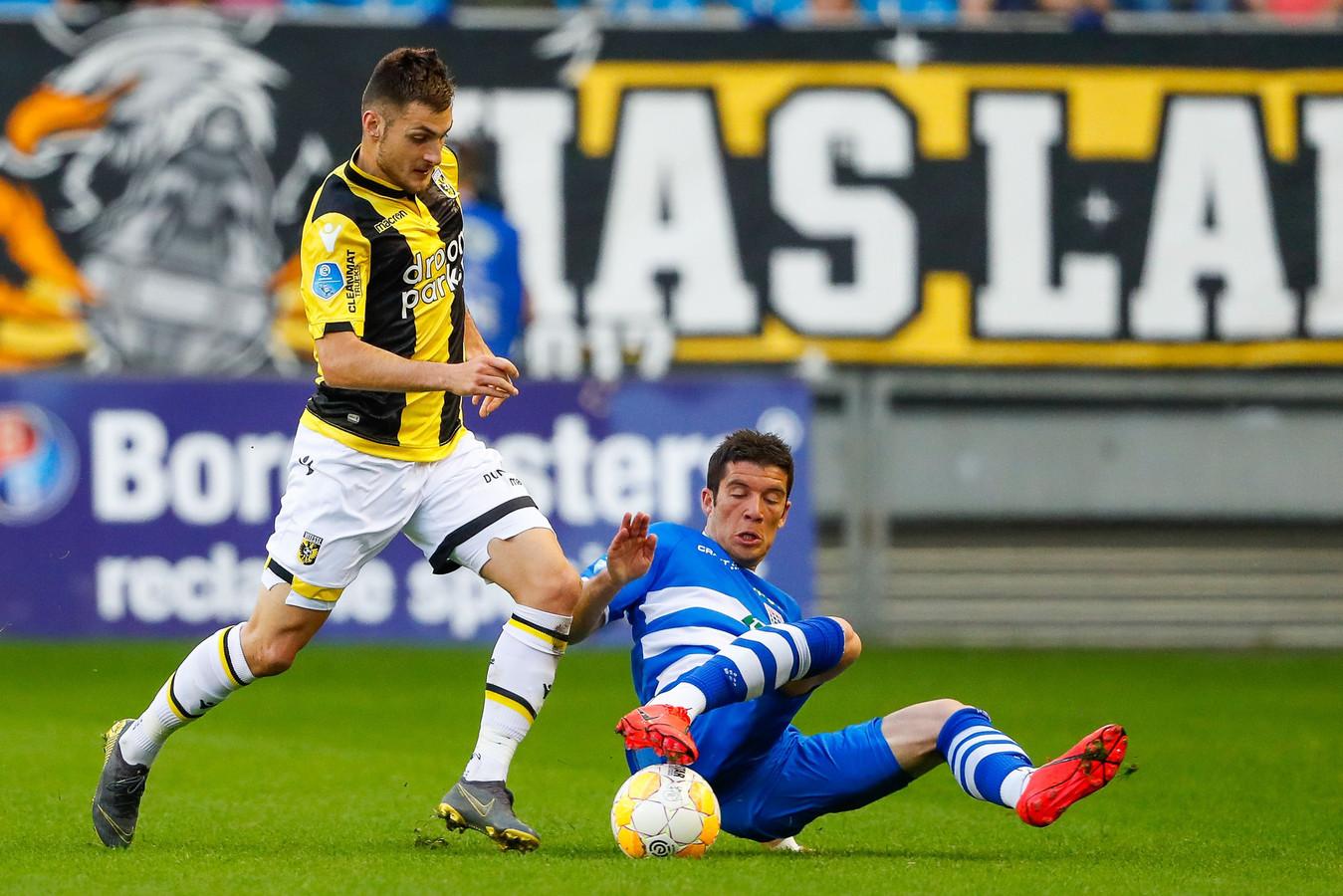 Matus Bero (links) staat rechts achterin bij Vitesse tegen Ajax.