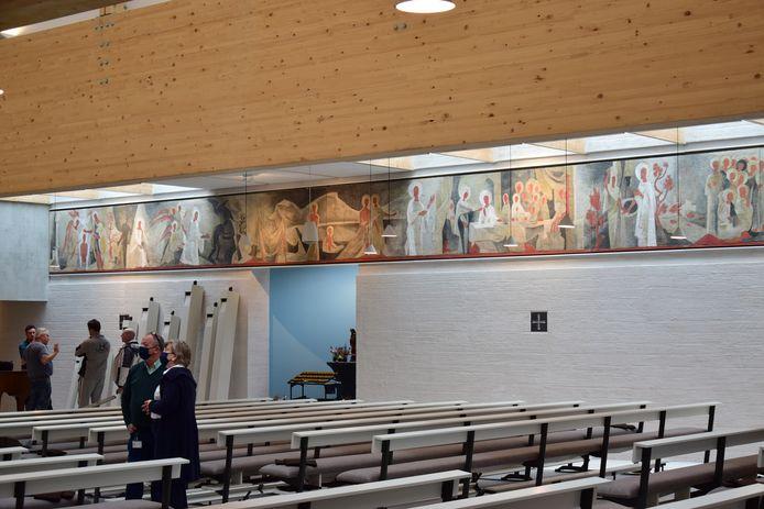 Aan beide kanten van de kerkruimte hangt nu bijna 72 meter aan kunst van Théodore Stravinsky.