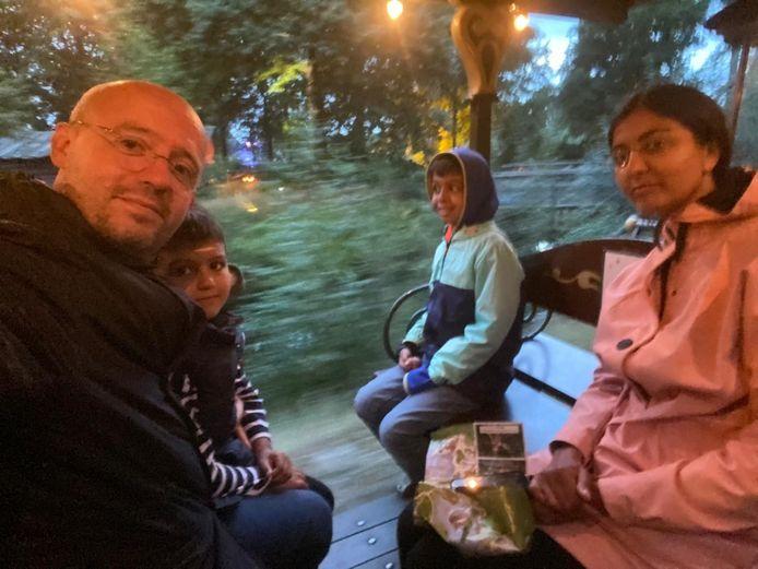 Liza met haar man en twee kinderen in de Efteling.