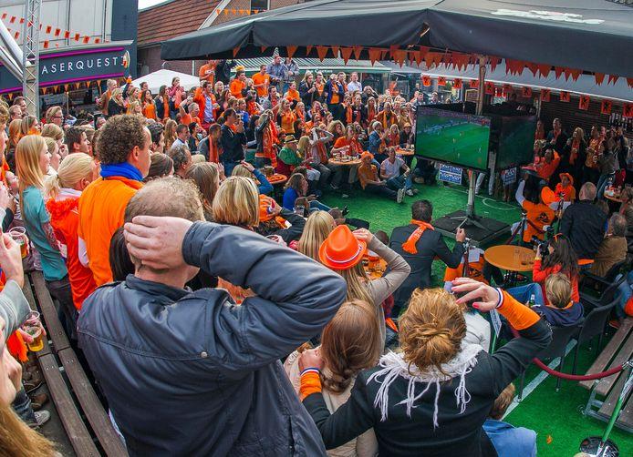 Coronavrij voetbal kijken... in 2012 bij The Three Musketeers in Hengelo.