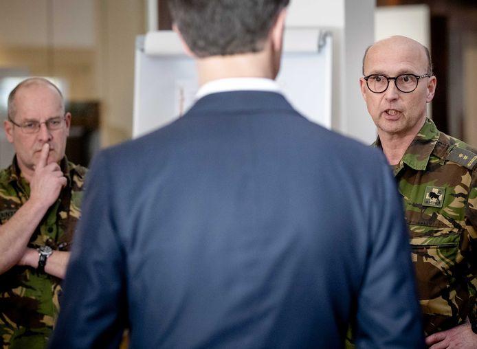 Minister-president Mark Rutte ging verleden week op bezoek aan het Landelijk Coördinatiecentrum in het Erasmus MC. Defensie helpt daar de patiënten over Nederland te verspreiden.