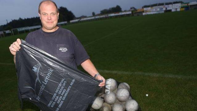 Geert Hullaert van Sporting Eizeringen met één van de vuilzakken.
