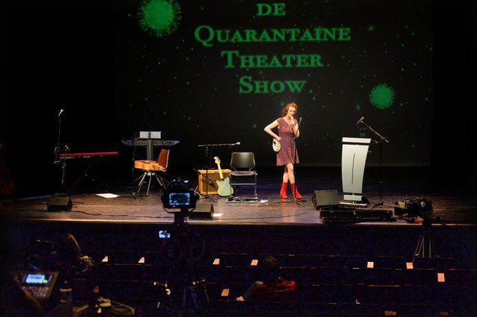 Een jaar geleden deed Nathalie Baartman mee aan de online Quarantaine Theater Show, opgenomen in een lege Reggehofzaal. Binnenkort speelt ze in Borne weer voor publiek.