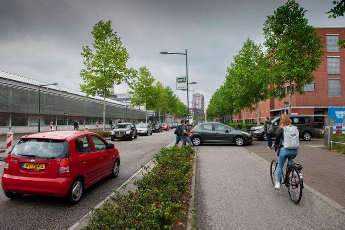 Verkeersdrukte in de ochtend op de Onderwijsboulevard in Den Bosch, waar alleen al 18.000 studenten naar school gaan.