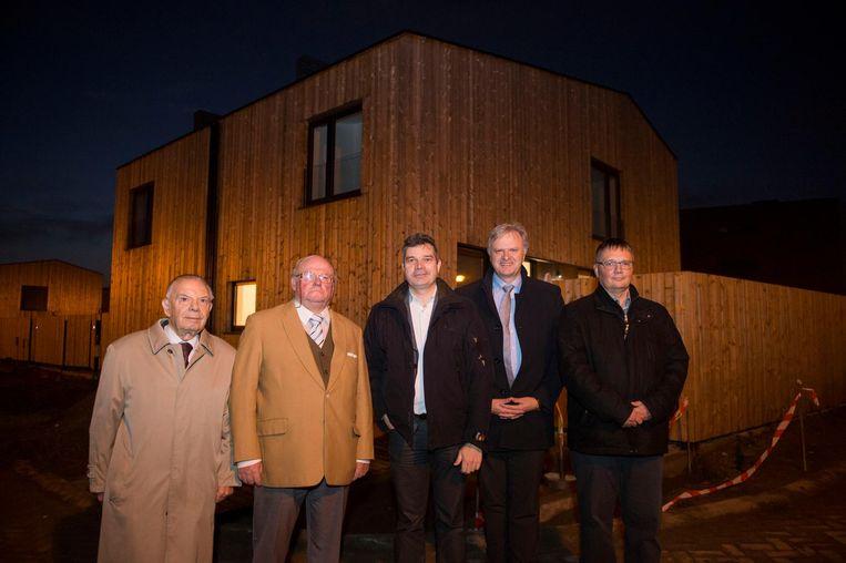 Carlos Vloerbergs, Frans Van de Peer, Gert Eyckmans, Dirk De Kort en Luc Bouckaert aan de nieuwe woningen.