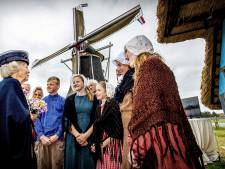 Beatrix bezoekt Harreveld: 'Die met de bloemetjes, dat is de prinses'
