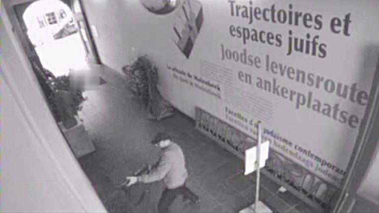 Een beveiligingsbeeld dat een dag na de aanslag in het Joods Museum werd verspreid door de politie. Beeld BELGA