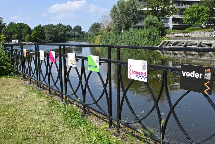 In het stadspark moet je het gedicht De Zwane vervolledigen. De woorden die je nodig hebt, kregen een plekje langs de Grote Bassin.