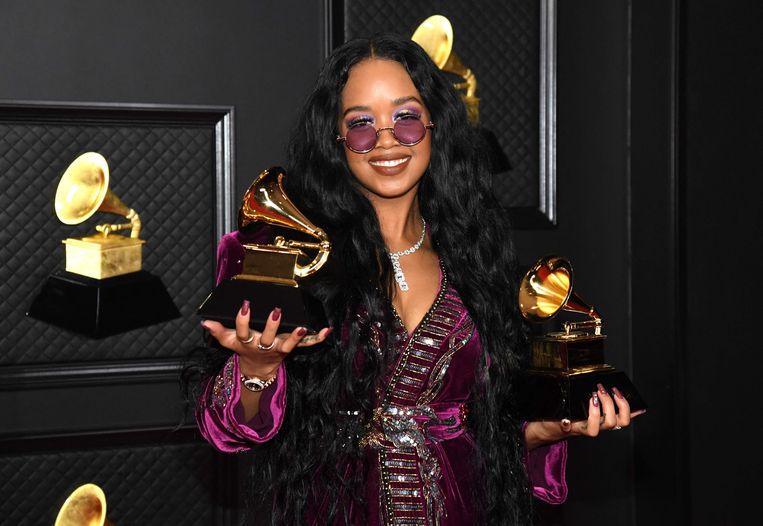 De award voor Song of the Year ging naar singer-songwriter H.E.R. (Gabriella Wilson, 23) voor haar compositie I Can't Breathe.  'Ik ben nog nooit zo trots geweest een artiest te zijn als nu.' Beeld AFP