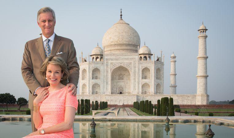 Koning Filip en koningin Mathilde voor de Taj Mahal in India. Dat vijfdaagse staatsbezoek werd de  grote slokop in het budget, want ook tal van vertegenwoordigers reisden mee. Beeld BELGA