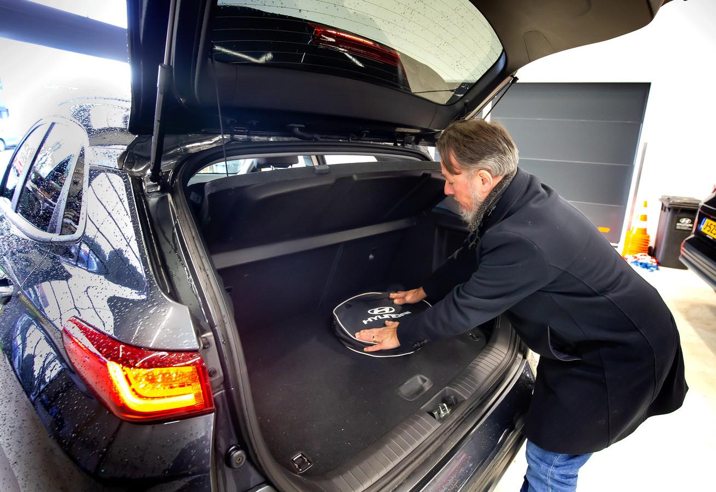 René over de kofferbak van de Kona Electric: 'Een ideale auto met veel pit en goede stoelen, maar met een kinderwagen is het hier al snel vol'.
