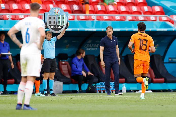 Donyell Malen werd door bondscoach Frank de Boer naar de kant gehaald, nadat Matthijs de Ligt een rode kaart kreeg.