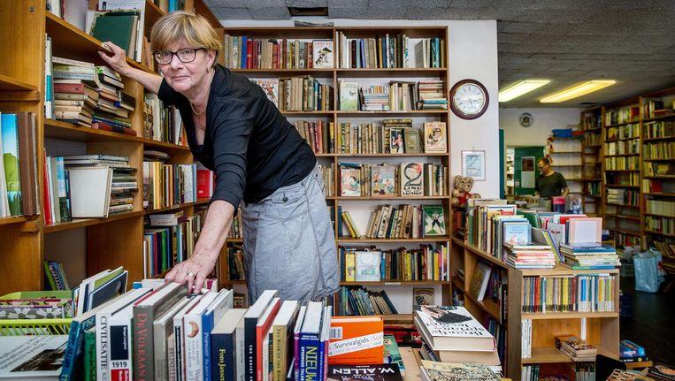 Bernadette Kuipers tussen haar boeken. Wie wil ze nog? 'De oude kinderboeken gaan bij het oud papier, vrees ik' Beeld Jean-Pierre Jans