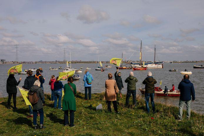 Protest op het IJmeer tegen de komst van windturbines.
