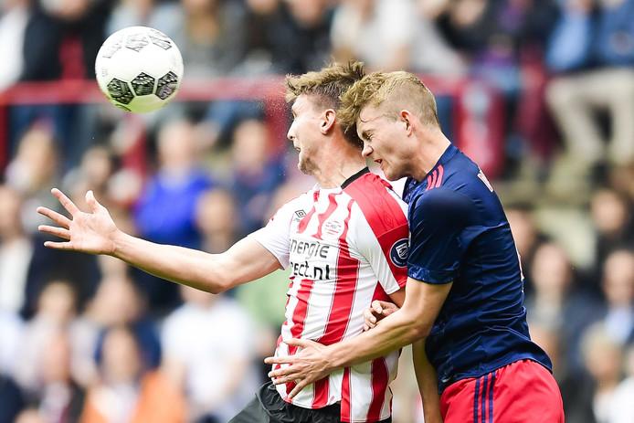 De Ligt in duel met PSV-spits Luuk de Jong.