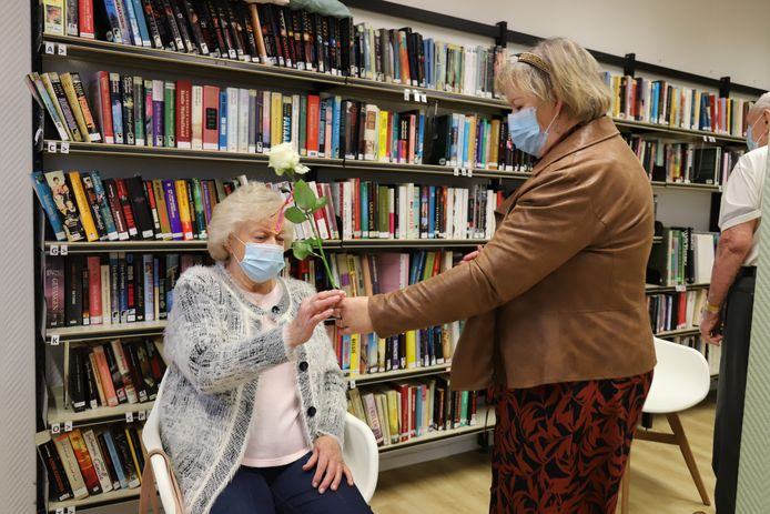De ingeënte bewoners kregen een witte roos als teken van hoop.