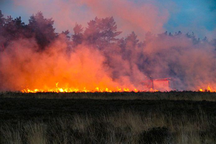 Brand langs de Aardhuisweg tussen Hoog Soeren en Uddel.