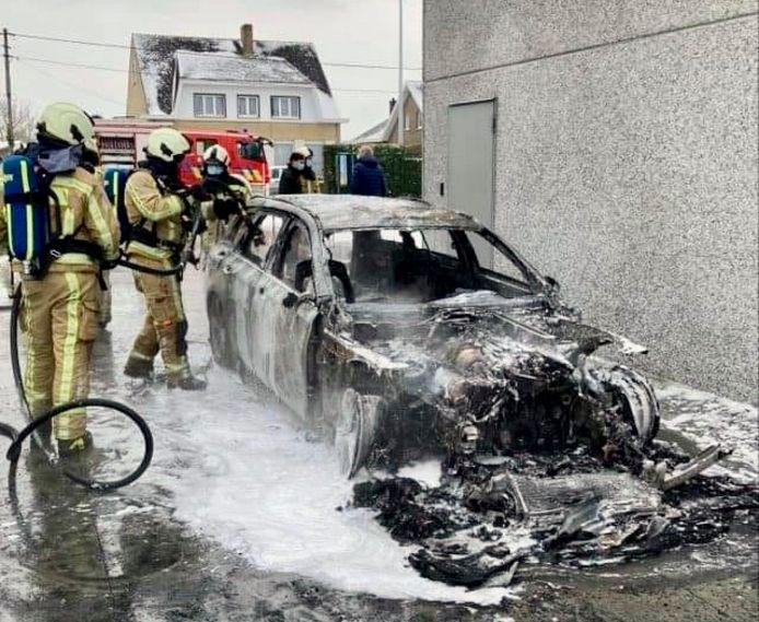 De Mercedes van Paul Lesage brandde helemaal uit, naast het gebouw van het voedingsdistributiebedrijf in Vleteren dat zijn naam draagt.