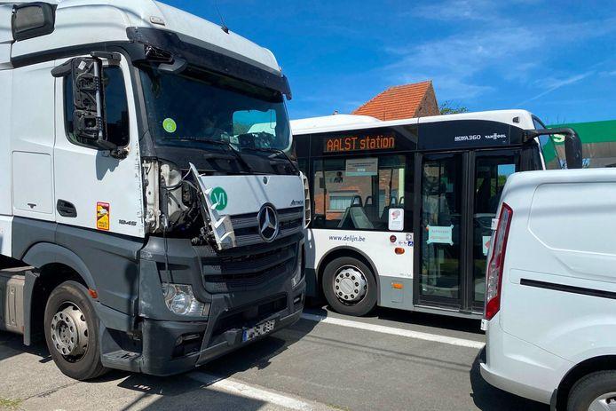 De vrachtwagen reed bij het verlaten van de E40 in Erpe-Mere in op bus 91 van De Lijn.