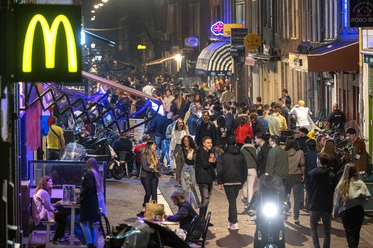 Het centrum van Amsterdam vrijdagavond, op voorlopig de laatste avond dat het feest tot in de kleine uurtjes kon doorgaan. Het nachtleven lijkt nu de belangrijkste besmettingsbron te zijn. Beeld ANP