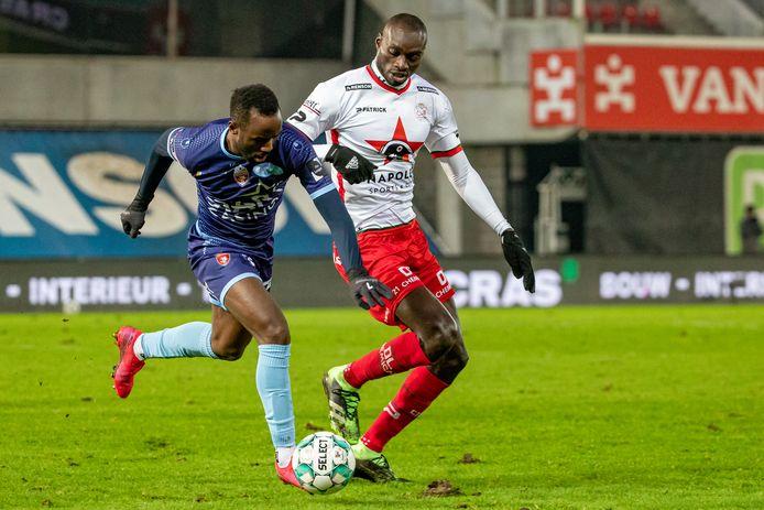"""Fabrice Olinga van Moeskroen moest het vorige zaterdag voortdurend afleggen tegen Ibrahima Seck (r.): """"Nooit gedacht dat ik zolang in België zou blijven."""""""