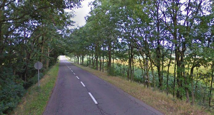 De man werd naast zijn fiets aangetroffen aan de kant van de straat Schoorheide.