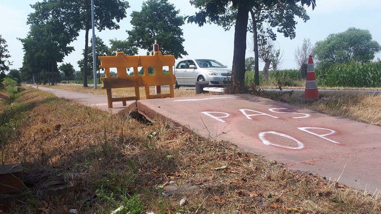 Het fietspad kwam een heel eind omhoog op de provinciale baan. 'Pas op' moet fietsers waarschuwen.