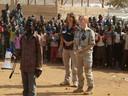 LInda in Zuid Soedan, ze wordt hier bedankt door de kinderen van de school voor alles wat ze gedaan hebben.