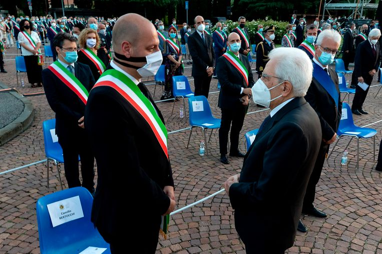 De Italiaanse president Sergio Mattarella (R)in gesprek met burgemeester Camillo Bertocchi van  Alzano Lombardo. Beeld AFP