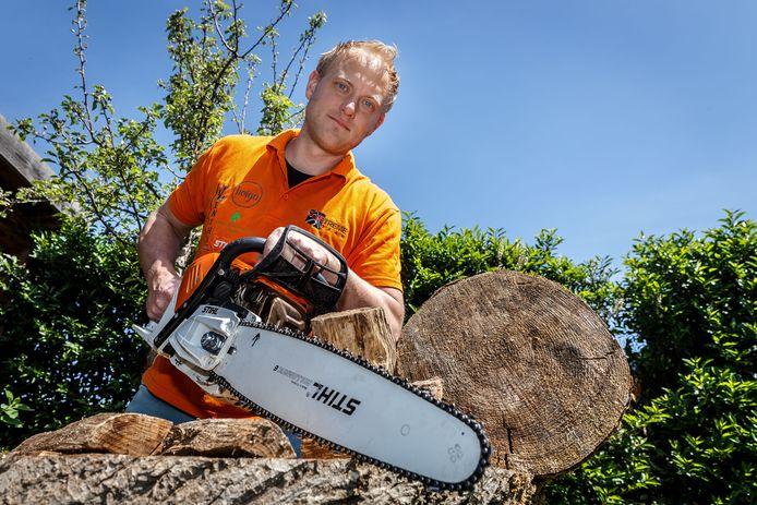 Zwollenaar Hubert Peters is zaagsporter, lid van het Axetreme Team. Vrijdag doet hij mee aan een wedstrijd op corona-proof manier: een platte wagen met de materialen komt naar de deelnemers toe, in plaats van dat zij naar het wedstrijdterrein gaan.