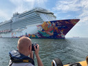 Cruiseschipspotter Nick Bootsman tijdens zijn tochtje langs de botenparade voor de Scheveningse kust