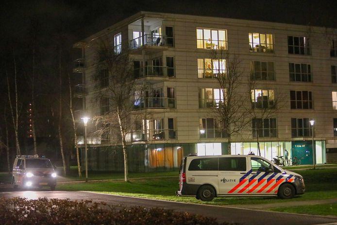 Politiebusjes zijn onderweg om een vrouw op te pakken die amok maakte in het appartementencomplex aan de Calypsostraat in Apeldoorn.