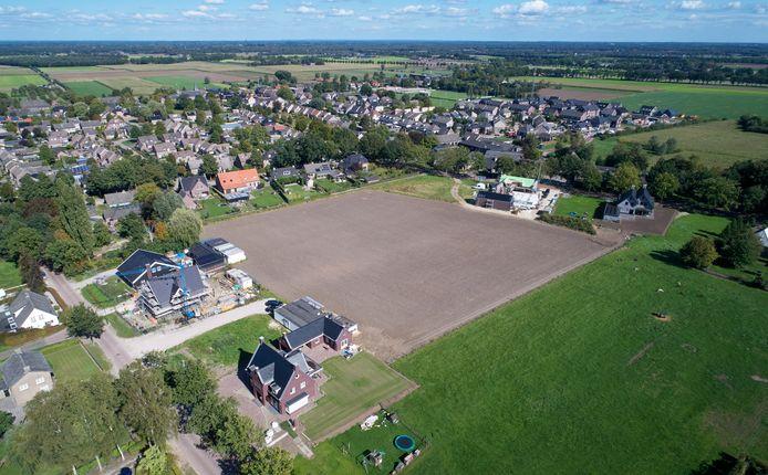 De gemeente Bernheze wil de uitspraak van de Raad van State afwachten of er op deze locatie aan de Schaapsdijk in Loosbroek gebouwd mag worden. In afwachting daarvan heeft de gemeente al twee hectare bouwgrond gekocht aan de Hanenbergsestraat.