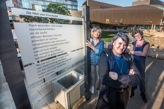 DIE-dichters Margót Veldhuizen , Stephanie van Tuinen en Regine Hilhorst bij een van de zes nieuwe gedichten op het Wilminkplein.