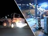 Australische politie achtervolgt shovel na ramkraak: 'Hij rijdt nu op twee wielen'