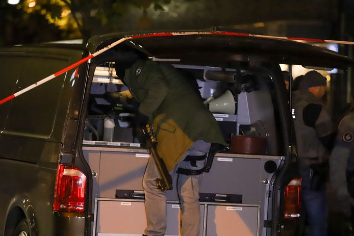 Een man maakt zich gereed voor de aanstaande inval in Nijmegen