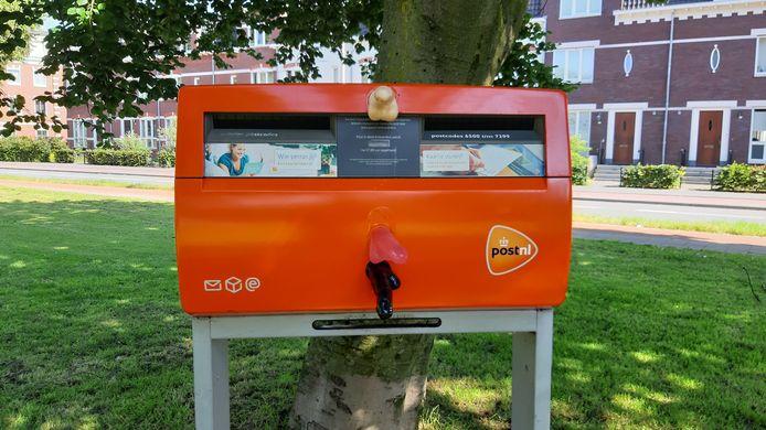 Nijmeegse dildoplakker slaat weer toe bij brievenbus aan de Weurtseweg.