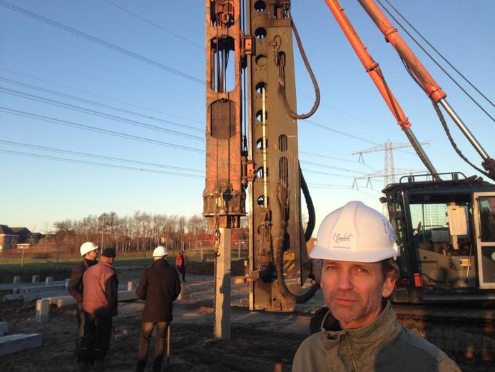 Huisarts Frank Mulling op de bouwplaats waar 't Reinhart verrijst. Foto: DG