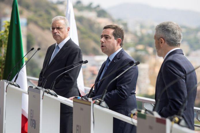 De Griekse minister van Asiel en Migratie Notis Mitarachi (L), De Cypriotische minister van Binnenlandse Zaken Nikos Nouris (C) en de Spaanse minister van Binnenlandse Zaken Fernando Grande-Marlaska (R) spreken de pers toe in Malaga.