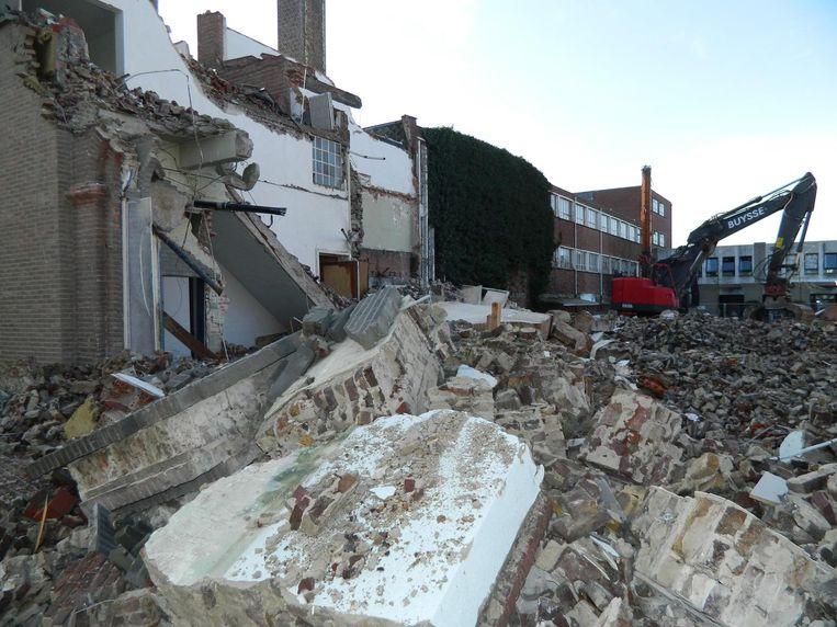 Met de afbraak van de oude feestzaal en studiezaal is de laatste fase gestart.