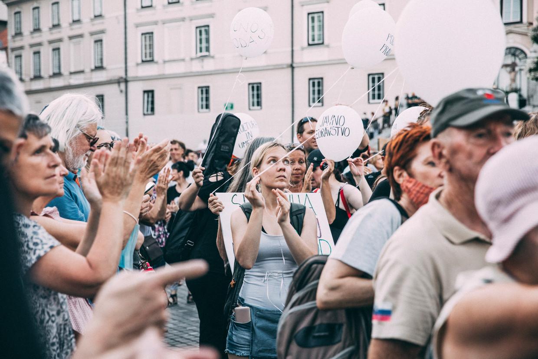 Betogers in de Sloveense hoofdstad Ljubljana demonstreren tegen premier Janez Janša, die vanwege zijn uitbarstingen op Twitter de bijnaam Generaal Twito heeft gekregen. Beeld Marlena Waldthausen