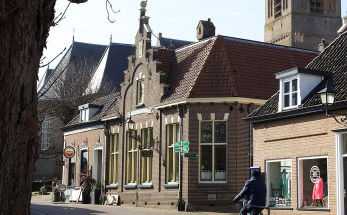 Het oude raadhuis op de hoek van de Langstraat en Kerkstraat in Wijhe heeft een nieuwe eigenaar. Ruud van den Beld gaat 3 appartementen op de bovenverdieping ontwikkelen.