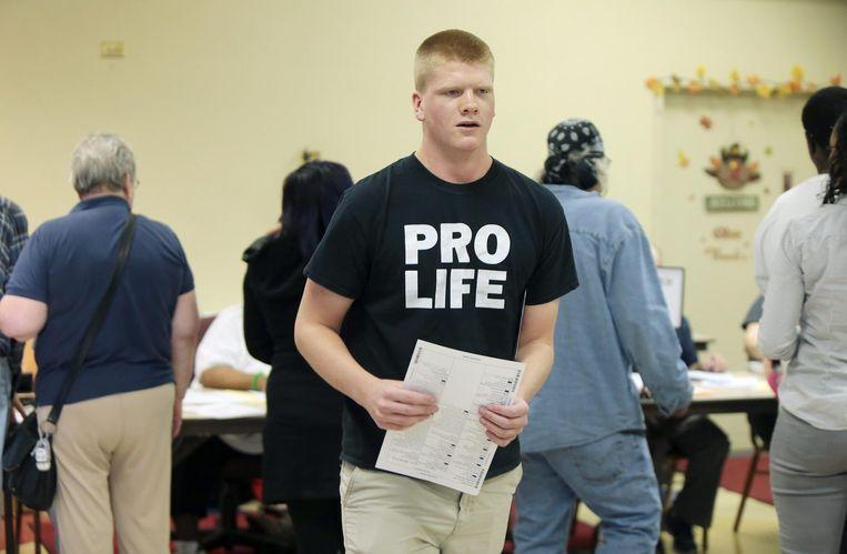Een inwoner van Cincinnati, Ohio heeft zijn stembiljet opgehaald. Beeld EPA