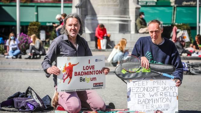 """Badmintonkampioen Erik (52) voert actie op Markt van Brugge: """"Laat me mijn sport opnieuw beoefenen, het gemis bezorgt me een hoge bloeddruk"""""""